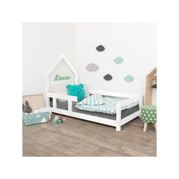 SKLADOM: Detská Domčekové posteľ z masívu 200x120 cm Poppy sa zábranami - BIELA